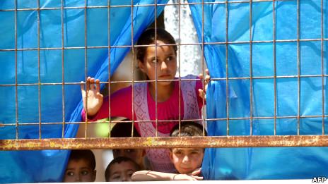أطفال سوريون في مخيم للاجئين بتركيا