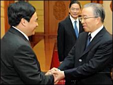 Ông Hồ Xuân Sơn (trái) được Ủy viên Quốc vụ viện Đới Bỉnh Quốc đón trong chuyến sang Trung Quốc gần đây