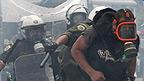Un manifestante se escapa de la policía en Atenas