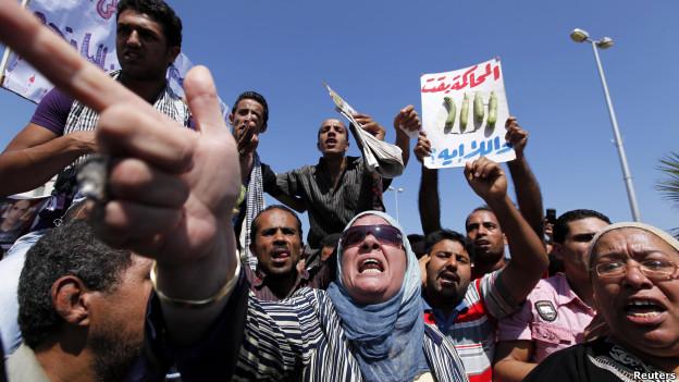 محتجون خارج مبنى المحكمة التي تشهد محاكمة المتهمين بمقتل خالد سعيد