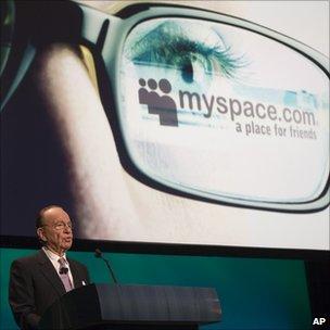 Rupert Murdoch anunciando la compra de MySpace