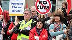 Manifestantes cruzados de brazos en las marchas por el centro de Londres