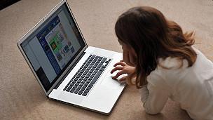 Muchacha navegando internet