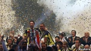 لاعبو فنربقتشه يحتفلون بالفوز بالدوري