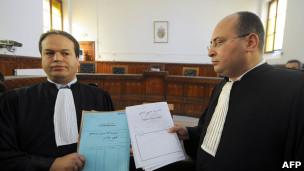 حسني الباجي(يمين) وبشير محفوظي محاميا بن علي