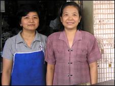Bà Trần Thị Loan (phải) là Việt Kiều tại Nong Khai