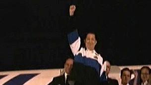 شافيز يلوح من سلم الطائرة