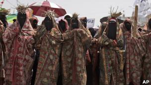 يمنيات يحملن حطبا على رؤوسهن احتجاجا على نقص الوقود