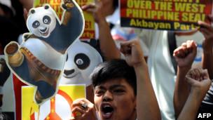 菲律宾民众在中国大使馆前抗议示威