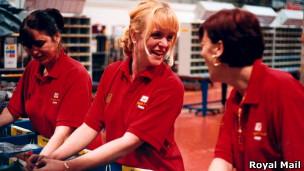Mulheres trabalham em correio no Reino Unido. Royal Mail