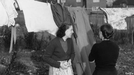 Mujeres con ropa colgada