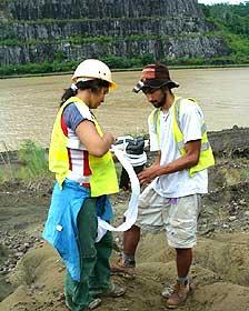 Oris Rodriguez y Federico Moreno empacando un tronco fósil de 17 millones de años a la orilla del Canal de Panamá
