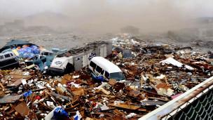 Carros e prédios viram destroço único após terremoto no Japão (Arquivo/AP)