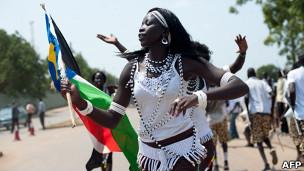 Mulher comemora nas ruas de Juba a independência do Sudão do Sul. AFP