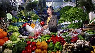 Mercado de frutas e verduras em Pequim (Reuters)