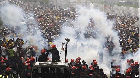 马来西亚吉隆坡防暴警察施放催泪瓦斯驱散集会民众(9/7/2011)