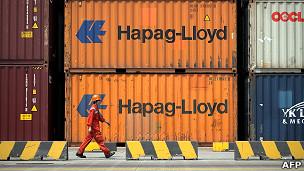 上海深水港一名工人走过集装箱堆(2/6/2011)