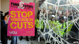 Protestos por cortes na educação superior em Londres em novembro de 2010 (AFP)