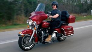 Hombre en Harley Davidson