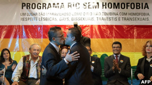 Casal se beija em casamento coletivo gay no Rio de Janeiro