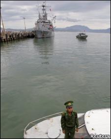 Lính  biên phòng Việt Nam tại Đà Nẵng, đằng sau là USS Chung-Hoon