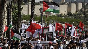 Manifestantes israelenses e palestinos em Jerusalém (Reuters)