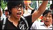 Một nam thanh niên giơ cao nắm đấm trong cuộc biểu tình hôm 17/7/2011 (AFP)
