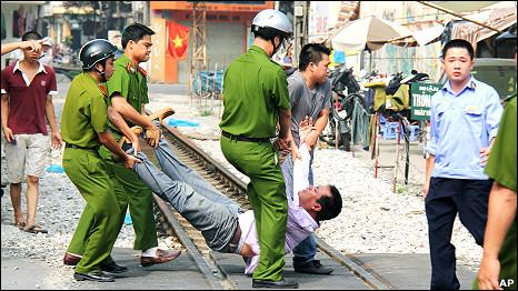 Cảnh sát khiêng người biểu tình