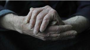 Pessoa que sofre de demência (BBC)
