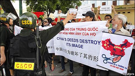 Cảnh sát cơ động đứng trước nhóm biểu tình ở gần Đại sứ quán Trung<br />  Quốc hôm 3/7&#8243; width=&#8221;466&#8243; height=&#8221;262&#8243; /></div> <p style=