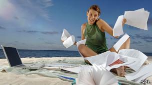 Mujer trabajando en la playa