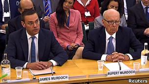 روبرت مردوخ (إلى يمين الصورة) وابنه جيمس اثناء جلسة أمام البرلمان البريطاني