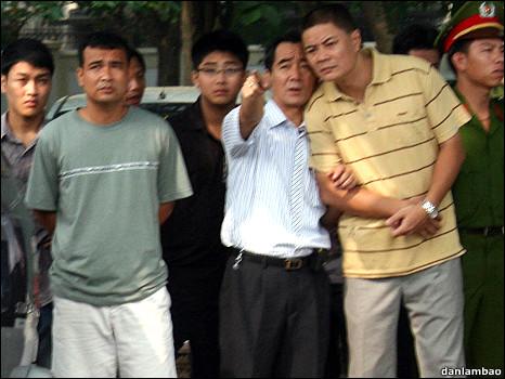 Đại úy Minh (áo vàng) đứng cạnh Thượng tá Canh (áo trắng - chỉ tay)