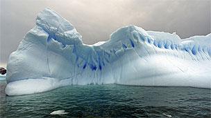 Icebergs flutuam no mar em Cierva Cove, na costa da Antártida (Arquivo/BBC)