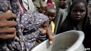 صوماليون يعانون من المجاعة