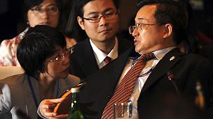 Thứ trưởng Ngoại giao Trung Quốc Lưu Chấn Dân (phải) trả lời phóng viên tại hội nghị ở Bali hôm 20/7