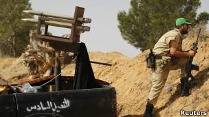 مقاتل من المعارضة الليبية في ضواحي زليتن