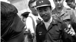Tướng Nguyễn Cao Kỳ cổ đeo khăn lụa, hỏi một tù binh cộng sản bị bịt mắt tại Gio Linh năm 1967