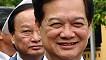 Thủ tướng Nguyễn Tấn Dũng và ông Nguyễn Sinh Hùng (trái) vào viếng lăng Chủ tịch Hồ Chí Minh hôm 21/7