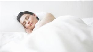 Mulher dormindo (arquivo/BBC)