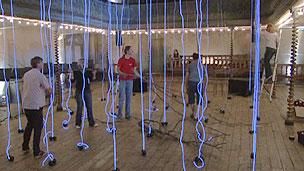 Instalação 'Ninho Neural' faz parte do espetáculo criado pelas compositoras (BBC)