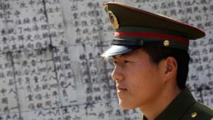 Lính Trung Quốc tại Đài tưởng niệm liệt sỹ trong cuộc chiến 1979