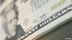 Notas de dólar sendo impressas.