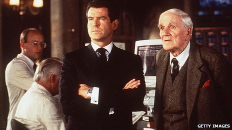 "Pierce Brosnan como James Bond, con Dominic Llewelyn en el papel de ""Q"""