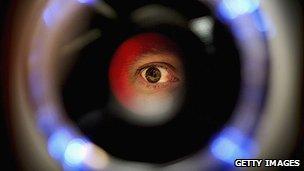 Ojo a través de un escáner de retina