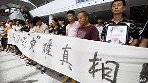 温州动车组追尾事故遇难者家属在温州南站拉起横幅请愿(27/7/2011)