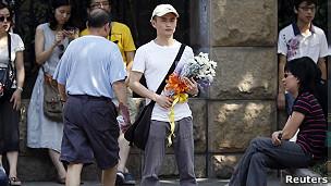 上海火车站外一名可能是悼念温州事故的男子