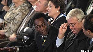 Pelé (centro) fala com o governador do Rio, Eduardo Cabral, e o presidente da CBF, Ricardo Teixeira, com Dilma Rousseff e Sepp Blatter ao fundo (Reuters)