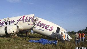 Avião da Caribbean Airlines partido perto do aeroporto de Georgetown, nas Guianas (Reuters)