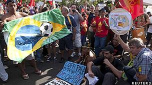 Manifestantes se reuniram do lado de fora do evento (Reuters)